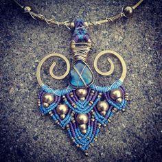 Goddess Lotus Necklace. Labradorite Gemstone. por MariposaCreative