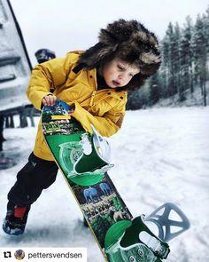 Snowboard kan også brukes som en spade  #reiseliv #reisetips #reiseblogger #reiseråd  #Repost @pettersvendsen with @repostapp  God påske fra meg og påskekyllingen min #burtonkids #burtonsnowboards #snowboardkids #snowboarding #easter #utno