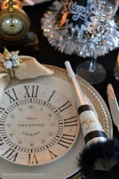 New Year's Eve table with clock plates, clocks and party horns and hats New Years Eve Day, New Years Party, New Year's Eve Celebrations, New Year Celebration, Nye Party, Party Time, Party Hats, New Years Eve Decorations, Christmas Decorations