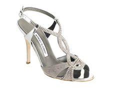 Zapato de novia de tiras y pedrería. Ideal para una boda elegante