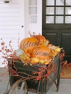23 Fall Outdoor Decorating Ideas: From Halloween to Thanksgiving Add to the natural autumn beauty of your yard with harvest-inspired outdoor decorations. Our versatile ideas will span the season -- from September to Thanksgiving. Autumn Decorating, Pumpkin Decorating, Porch Decorating, Decorating Ideas, Decor Ideas, Fall Outdoor Decorating, Fall Decor Outdoor, Diy Ideas, Porche Halloween