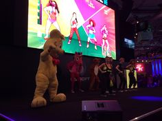 Der Haribo-Goldbär lässt es sich nicht nehmen, bei einer Just Dance 2014-Party mitzumachen!