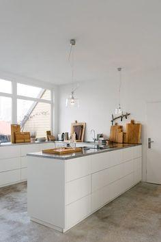 Die Designerin Katja Buchholz betreibt eine Manufaktur, in der viel mit Holz gearbeitet wird. Ihre Liebe zu diesem warmen Material zeigt sich auch in ihrer Wohnung.
