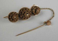 1850-1900 Gouden broche met sierspeld aan kettinkje, en drie gevlochten knoopjes van haar