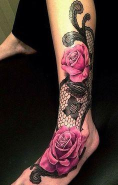 Motif de tatouage en dentelle sur la jambe avec roses