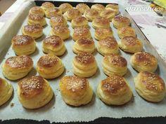 Prekladané koláčiky so syrom (fotorecept) - recept Hamburger, Biscuits, Bread, Food, Basket, Crack Crackers, Cookies, Brot, Essen
