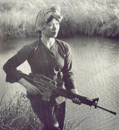Lam Thi Dep was a Viet Cong soldier who fought in the Vietnam War. The above photo of her was taken in 1972 in Soc Trang Province when she was 18 years old. Large numbers of North Vietnamese women like Lam Thi Dep fought for the Viet Cong and photos. Women In History, World History, World War, History Books, Nagasaki, Hiroshima, Military Women, Military History, Mädchen In Uniform