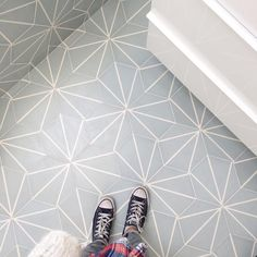 Gorgeous hexagonal floor reference designed by We loooove it! Cement Tiles Bathroom, Kitchen Tiles, Bathroom Flooring, Kitchen Flooring, Concrete Tiles, Mosaic Tiles, Bathroom Renos, Small Bathroom, Budget Bathroom