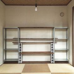 ・オープンシェルフ(同じ物を2セット、今回はIKEAのHYLLISを使用) ・コンクリートブロック(4個) ・棚板(4枚、長さと幅はシェルフに合わせる)