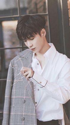 Yixing Urgh he's not even like part of EXO so idk what to feel about him but he's so beautiful Kaisoo, Chanbaek, Exo Ot12, Kpop Exo, Chanyeol Baekhyun, Lay Exo, Yixing Exo, Xiuchen, Z Cam