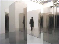 Un labyrinthe : par un jeu de miroirs disposés dans l'espace Jeppe Hein implique directement le spectateur au cœur d'un dispositif interactif, et lui fait revisiter le mythe du dédale dans une déambulation sans fin mais à première vue sans appréhension.
