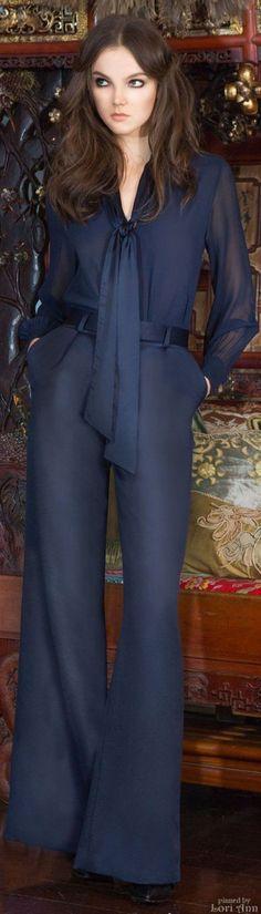 ネイビーのワイドパンツで大人の落ち着きを演出♪ おすすめのパンツスーツコーデ。人気のトレンドファッションの参考一覧。