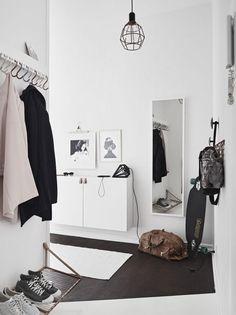 Tiny and Cozy Scandinavian Apartment (design attractor) - Flur Design Scandinavian, Scandinavian Apartment, Minimal Apartment, Hallway Inspiration, Interior Inspiration, Decoration Hall, Entryway Organization, Organized Entryway, Organisation Ideas