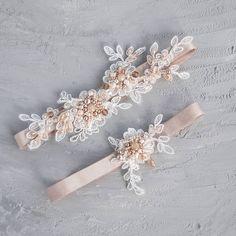 кружевная подвязка невесты в пудровом цвете
