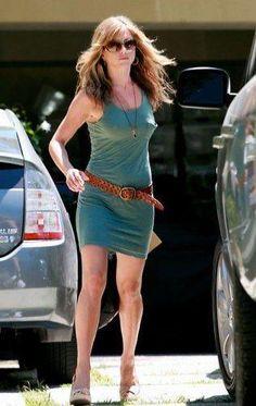 Jennifer Aniston Style, Peinados Jennifer Aniston, Jennifer Aniston Pictures, Jennifer Ainston, Rachel Green Hair, Female Comedians, John Aniston, Sexy Legs, Women