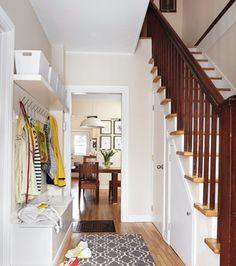 La vraie vie de famille dans une maison centenaire © TVA publications | Yves Lefebvre #deco #entree #escalier