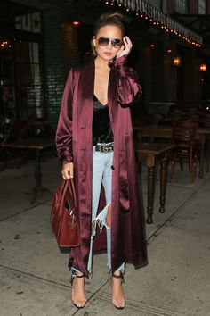 Chrissy Teigen is giving us major outfit envy in her burgundy satin duster, distressed jeans and clear-strap heels. Source by mariavizuete kimono outfit Kimono Outfit, Cardigan Outfits, Kimono Fashion, Heels Outfits, Fall Outfits, Fashion Outfits, Women's Fashion, Satin Duster, Satin Coat
