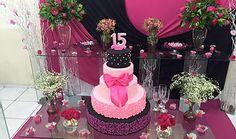 Decoração rosa pink e preto para debutante, festa de 15 anos