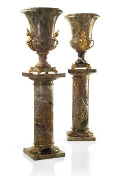 Medici Uffizi Vase and Medici Column in Breche Du Bearn marble and 24K gold plated bronze by Baldi Home Jewels #HomeJewels #luxury #marble #classicdesign #luxuryfurnitures