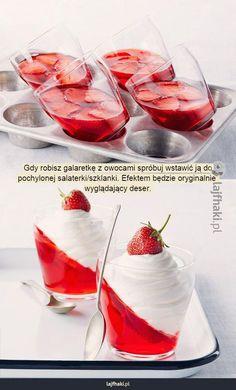 Pomysłowa galaretka - Gdy robisz galaretkę z owocami spróbuj wstawić ją do pochylonej salaterki/szklanki. Efektem będzie oryginalnie  wyglądający deser.