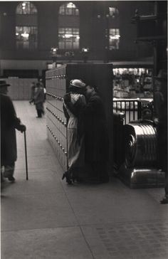 Louis Faurer - Penn Station, New York City, 1948. S)