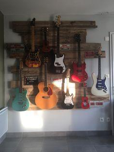 Hang Guitar On Wall, Wood Guitar Stand, Palette, Good Things, Diy, Ideas, Floor, Guitar Display, Bricolage