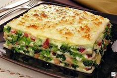 Você que ama massas não pode perder essa receita de lasanha de brócolis e molho branco! Fica deliciosa e é superfácil de fazer!