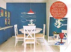 A Decorar Mais Por Menos deste mês redecorou uma cozinha com a nossa Mesa Tea e cadeiras Paris. Ficou um charme, não?  http://www.meumoveldemadeira.com.br/produto/mesa-redonda-tea-branco-laqueado http://www.meumoveldemadeira.com.br/produto/cadeira-paris-(kit-com-2)-branco-laqueado