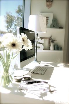 Chic Home Office Space. A handful of white gerberas will brighten up your office! New office inspiration Home Office Space, Home Office Design, Home Office Decor, Office Spaces, Desk Space, Workspace Ideas, Office Workspace, Workspace Inspiration, Urban Deco