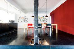 Office Love! Mit Dank an A Color Bright www.acolorbright.com für die wunderbare Gastfreundschaft und Sebastian Doerken www.sebastiandoerken.de für die Fotos / An der Wand mit Rad: MIKILI – Bicycle Furniture www.mikili.de