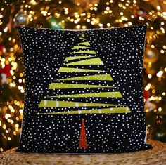 Are you still on the lookout for a fast and easy Christmas 🎄 or other decorations? Christmas Tree Quilt, Christmas Sewing, Christmas Pillow, Christmas Art, Christmas Projects, Holiday Crafts, Christmas Decorations, Christmas Ornaments, Christmas Cushions