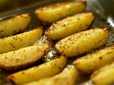 Herb and garlic potatoes Gourmet Desserts, Dessert Recipes, Plated Desserts, Other Recipes, Veggie Recipes, Easy Cooking, Cooking Recipes, Kitchen Reviews, Good Food
