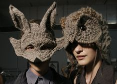 Серые вязаные шапки в виде волка и совы.