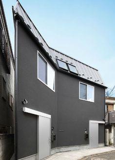 東京の設計工務店(株)オーワークスが東京都目黒区、世田谷区、品川区を中心に施工した注文住宅の作品事例です。デザイン住宅から狭小住宅、賃貸併用住宅までそれぞれのこだわりのある注文住宅です。 Garage Doors, Architecture, Outdoor Decor, Home Decor, Houses, Arquitetura, Decoration Home, Room Decor, Architecture Design