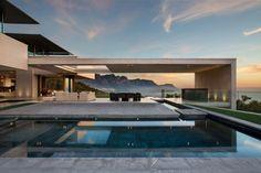 faux plafond bois, piscine extérieure et meubles de jardin design