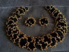 Oglala lace stitch necklace & earrings - dense, with really strong contrast - been meaning to try this stitch, I will now. Seed Bead Jewelry, Beaded Jewelry, Beaded Necklace, Beaded Bracelets, Seed Beads, Jewellery, Bead Embroidery Jewelry, Beaded Embroidery, Beads And Wire