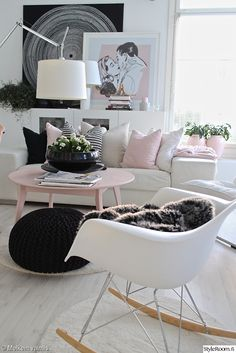 Vaaleanpunaiset yksityiskohdat pehmentävät muuten mustavalkoista sisustusta. #styleroom #olohuone #pastellit #inspiroivakoti #sisustus Täällä asuu: melkeinvalmis White Walls, Old And New, Accent Chairs, Sweet Home, Room Ideas, Africa, Bohemian, Colours, Living Room