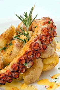 roasted octopus with potatoes (polvo lagareiro) Im sure it tastes great, but Im seriously freaked about eating octopus. Octopus Recipes, Fish Recipes, Seafood Recipes, Cooking Recipes, Healthy Recipes, Cooking Food, Grilled Octopus, My Favorite Food, Food Presentation