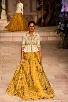 Anju Modi at India Couture Week 2018 - Kangana Ranaut in lehenga and velvet jacket turned showstopper. Anju Modi's collection is inspired by the Victorian era. Choli Designs, Saree Blouse Designs, Indian Wedding Outfits, Indian Outfits, Indian Clothes, Indian Designer Outfits, Designer Dresses, Capsule Wardrobe, American Girl