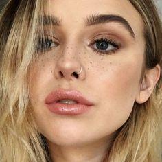 acacia-brinley-clark-makeup-30 Hoop Nose Piercing, Pierced Nose, Small Nose Piercing, Snug Piercing, Cute Nose Piercings, Piercing Nez, Nose Hoop, Hoop Nose Rings, Tattoo Und Piercing