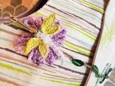 Porte clefs libellule et fleur couleurs mauve et vert