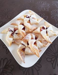 Quick puff pastry - custard particles, a very nice recipe from . Healthy Protein Breakfast, Healthy Foods To Eat, Cupcake Shops, Snacks, Custard, Organic Recipes, Brunch, Food And Drink, Sweet