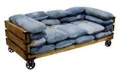 Farmernadrág újrahasznosítva kanapéként.