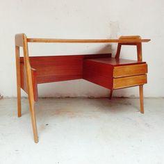 Dassi, scrivania in mogano bicolore. Con due cassetti. Restaurata e lucidata Misure 116x59x76h #magazzino76 #viapadova #Milano #nolo #viapadova76 #M76 #modernariato #vintage #industrialdesign #industrial #industriale #furnituredesign #furniture #mobili #mogano #modernfurniture #antik #antiquariato #dassi #scrivania #tavoli #table