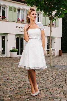 Schwingendes Brautkleid 50er Jahre. Kelly besticht durch ihre Zweilagigkeit – softe Stretch-Spitze und darüber transparenter Tüll mit reizenden Blumen-Spitzenkanten – einfach sweet und super zu tragen!
