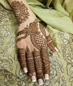 The mehndi provide uniqueness and attractiveness to your decorated design. In this article, you will see Simple Mehndi Designs For Beginners. Henna Designs Feet, Mehndi Designs Book, Mehndi Designs For Girls, Mehndi Designs For Beginners, Modern Mehndi Designs, Dulhan Mehndi Designs, Mehndi Design Pictures, Wedding Mehndi Designs, Mehndi Designs For Fingers