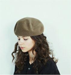「mature ha.(マチュアーハ)」は、帽子をあたりまえにかぶる生活を知ってほしい、楽しんでほしいという想いから生まれたブランドです。