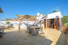 This property is a high-end renovated penthouse in the heart of Palma de Mallorca Old Town     The living area of approx