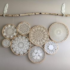 Vintage böhmische Deckchen Wandkunst - Wandbehang - Deckchen - Macrame Hoops w / Deckchen Arte de pared de tapete bohemio vintage - tapiz - tapetes - aros de macramé con tapetes, Doilies Crafts, Crochet Doilies, Lace Doilies, Framed Doilies, Doily Art, Lace Art, Diy And Crafts, Arts And Crafts, Creation Deco