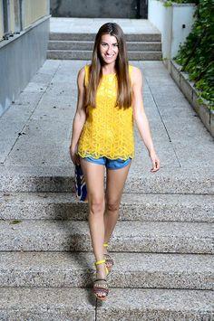 Look AMARILLO LIMÓN. Top Rosalita McGee, shorts Vero Moda, sandalias Exé y bolso Chalada
